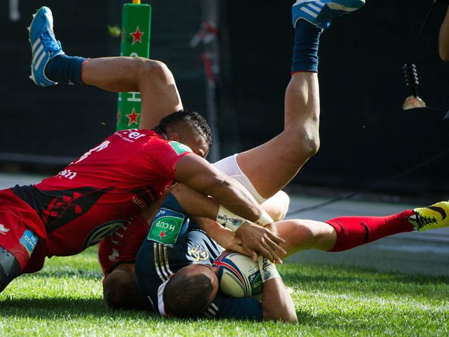 Simon Zebo crashes in for a Munster try