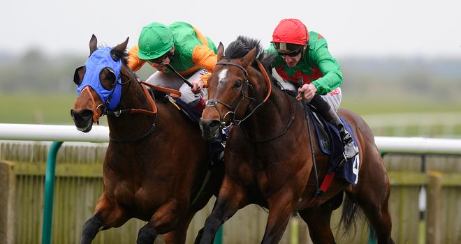 Es Que Love (red cap) chases Hamza home at Newmarket
