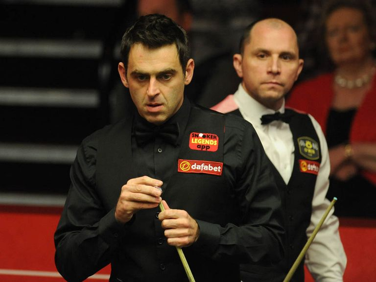 Ronnie O'Sullivan (l) trails Joe Perry by two frames