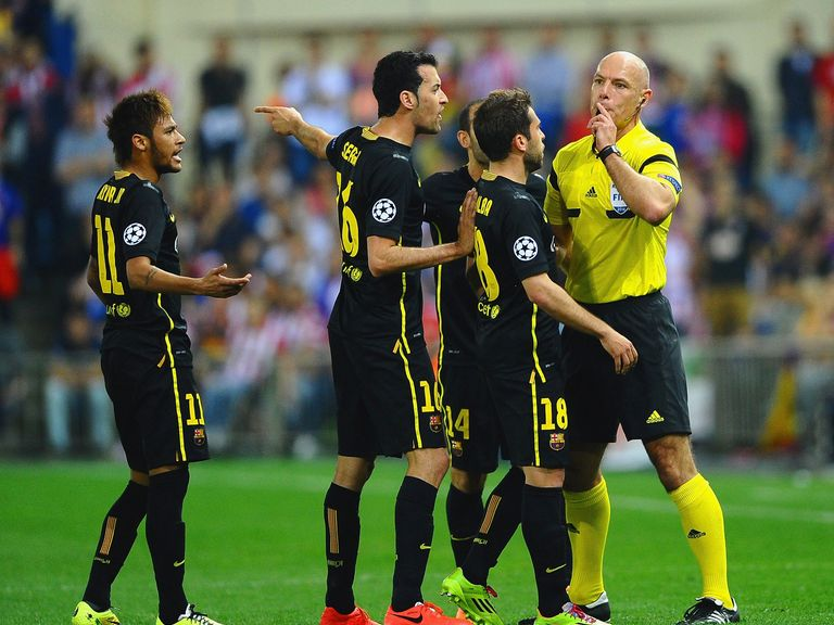 Howard Webb takes charge of the Barcelona players