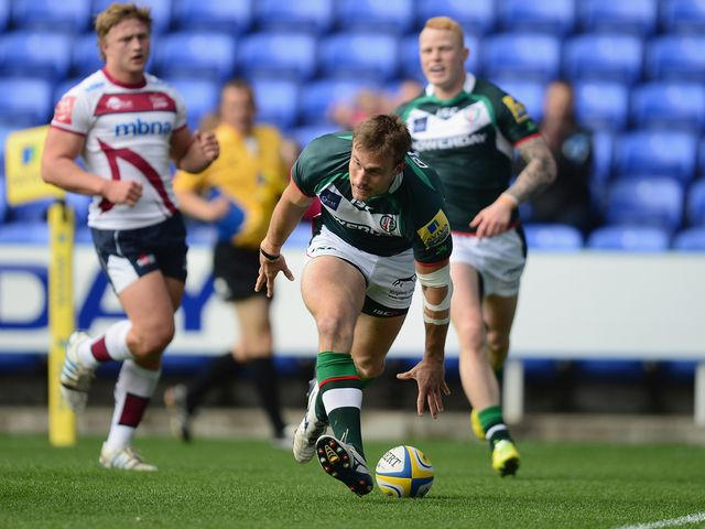 Andrew Fenby claims a London Irish try