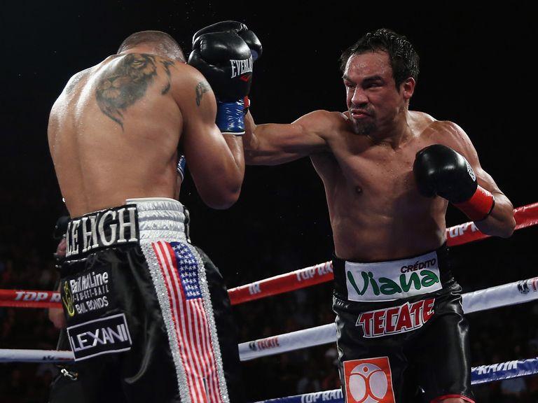Juan Manuel Marquez (r) unloads on Mike Alvarado
