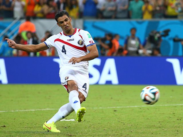 Michael Umana scores Costa Rica's winning penalty