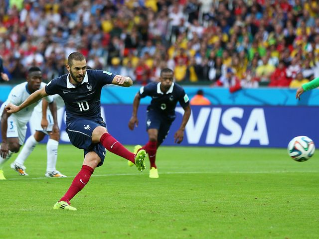 Karim Benzema scores from the penalty spot