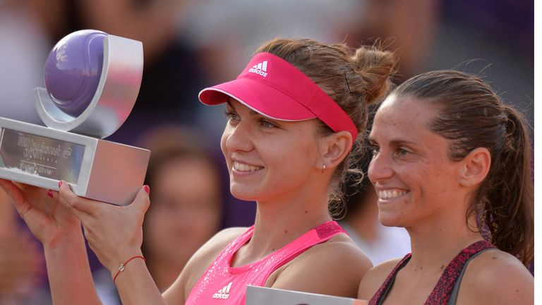 Simona Halep (l) celebrates her success