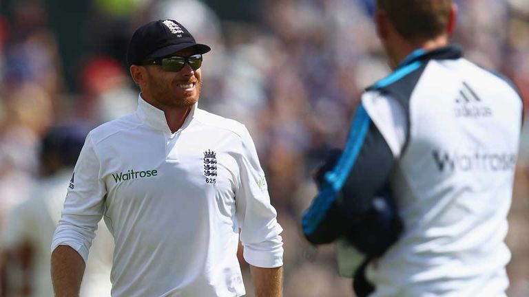 Ian Bell: England batsman leaves the field after injuring his thumb