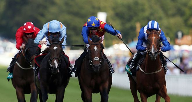 Es Que Love (centre): Newbury hopeful