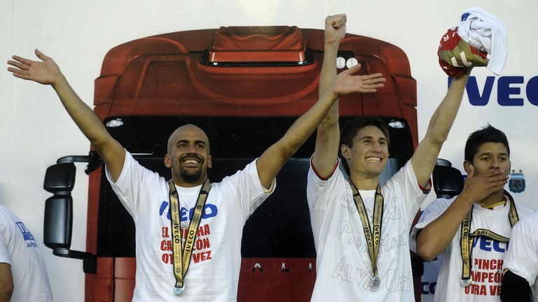 Estudiantes' midfielder Juan Veron (l), defender Federico Fernandez and defender Marcos Rojo (r) celebrate after winning the Argentina 2010 first division
