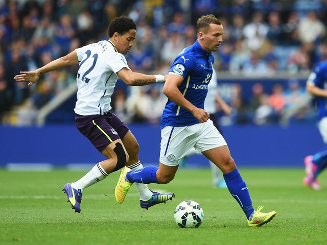 Steven Pienaar of Everton challenges Daniel Drinkwater
