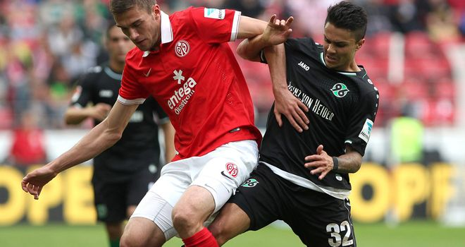 Hanover's midfielder Leonardo Bittencourt (right) and Mainz defender Stefan Bell vie for the ball