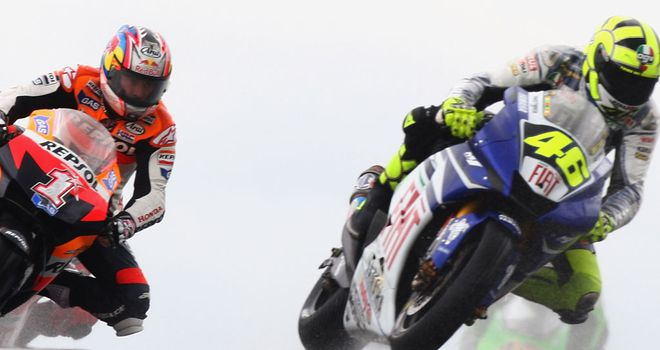 Valentino Rossi and Nicky Hayden (l) at Donington in 2007