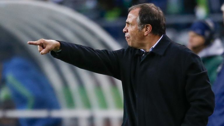 mls-bruce-arena-la-galaxy-coach_3299908.