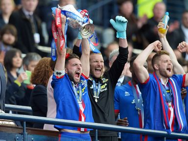 Inverness captain Graeme Shinnie lifts the William Hill Scottish Cup