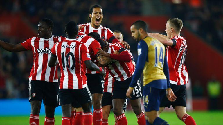 Leicester y Arsenal pinchan y dan alas al City