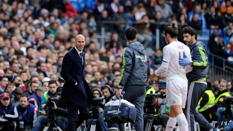Zinedine Zidane looks on as Bale leaves the pitch injured