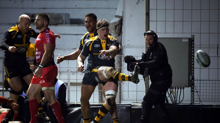 Guy Thompson celebrates after toucing down against Toulon