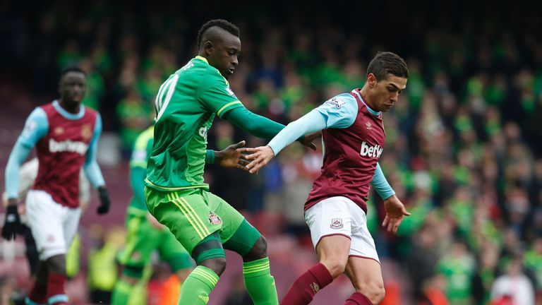 Dame N'Doye (left) vies with Manuel Lanzini