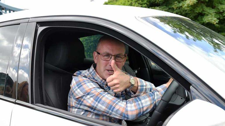 Rangers-manager-mark-warburton-thumbs-up_3488176