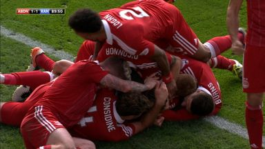 Los jugadores del Aberdeen celebran el gol de Maddison