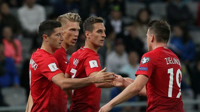 Poland's Robert Lewandowski (L) celebrates with team-mates