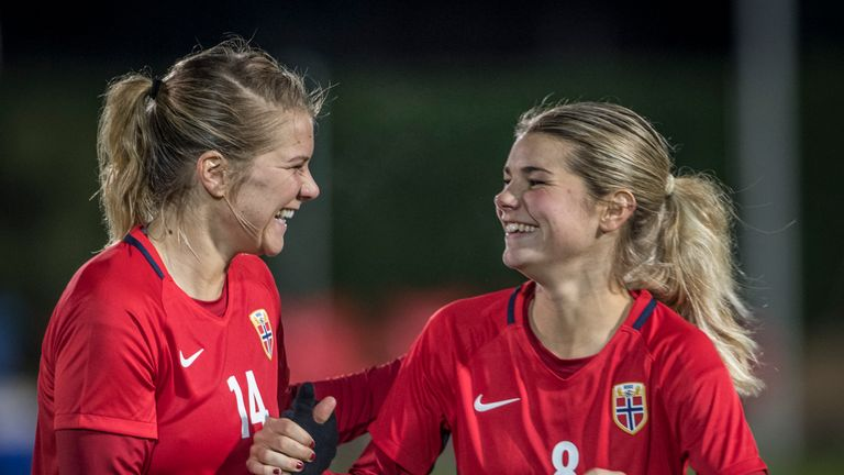 Ada Hegerberg (Left) finishes the season as the top scorer of the league with 33 goals in 21 appearances