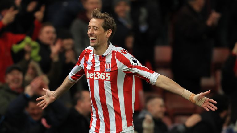 Peter Crouch has signed a new one-year contract to remain at Stoke