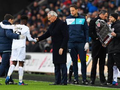 Nathan Dyer limps off against Leicester
