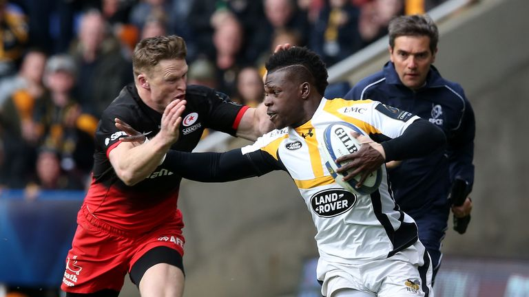 Christian Wade holds off Saracens' Chris Ashton during the 2016 Champions Cup semi-final