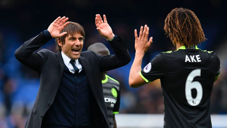 Chelsea's Italian head coach Antonio Conte (L) celebrates victory at the end of the English Premier League football match between Everton and Chelsea at Go