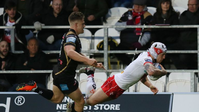 Theo Fages scores St Helens' second try against Leigh