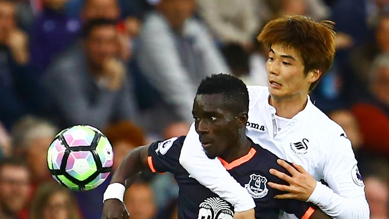 Idrissa Gueye keeps his eye on the ball while holding off Ki Sung-Yueng