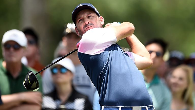 Webb Simpson breaks out of crowd to take Colonial lead