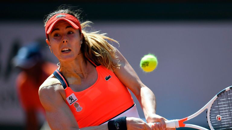 Suarez cruises into 4th round at French Open