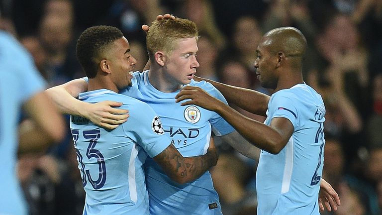 Manchester City's Belgian midfielder Kevin De Bruyne (C) celebrates scoring his team's first goal