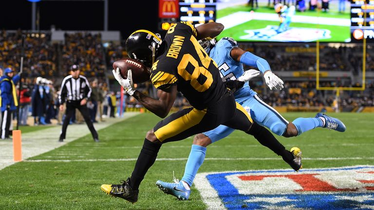 PITTSBURGH, PA - NOVEMBER 16: Antonio Brown #84 of the Pittsburgh Steelers makes a catch for a 10-yard touchdown reception in front of Logan Ryan #26 of th