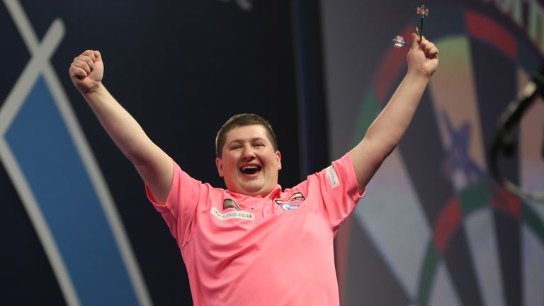 WILLIAM HILL WORLD DARTS CHAMPIONSHIP 2018.ALEXANDRA PALACE,LONDON.PIC;LAWRENCE LUSTIG.ROUND 1.JAMES WADE V KEEGAN BROWN.KEEGAN BROWN IN ACTION