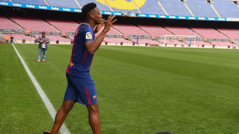 Mina walks on the pitch without boots at his unveiling at Nou Camp
