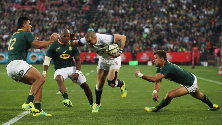 Mike Brown gets through some poor Springbok defence