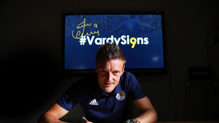 Jamie Vardy signs a new contract at Leicester City