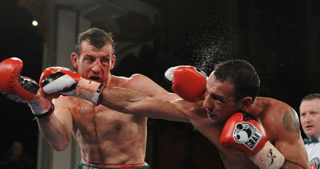 Emiliano Marsili (R) lands on his way to victory over Derry Matthews (L) (photo: www.leighdawneyphotography.com)