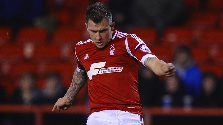 Simon Cox: Returns to Reading from Nottingham Forest
