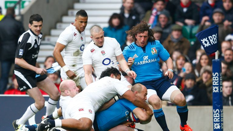 Sergio Parisse powers over for Italy