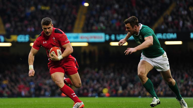 Scott Williams (L) evades Tommy Bowe to score for Wales