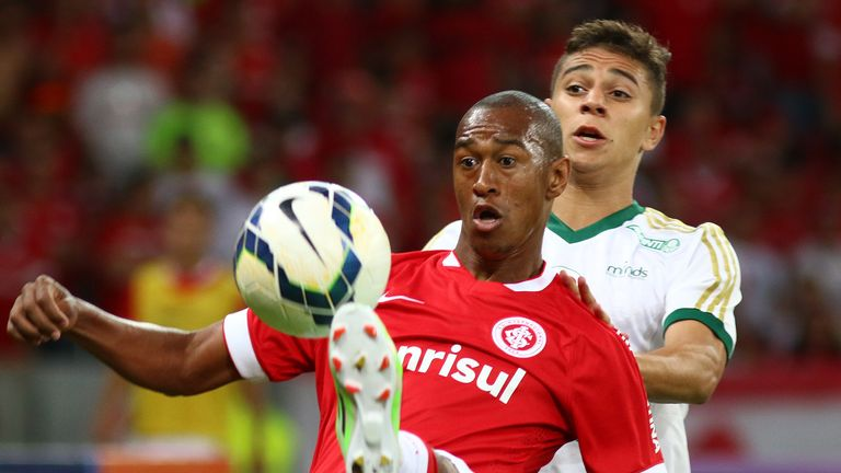 Fabricio of Internacional was sent off for giving his own fans the middle finger