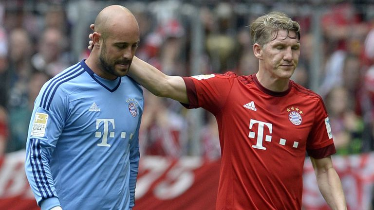 Pepe Reina is sent off for Bayern Munich