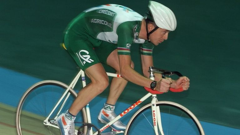 Boardman was back on a conventional bike to once again break the record in 2000 following rule changes