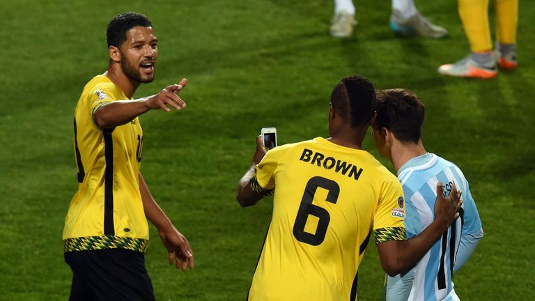 DeShorn Brown (C) poses for a selfie with Lionel Messi (R)