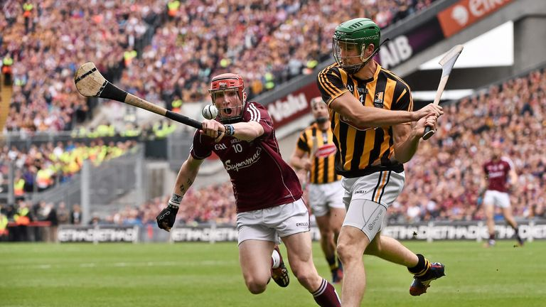 Conor Whelan attempts to block down Shane Prendergast's clearance