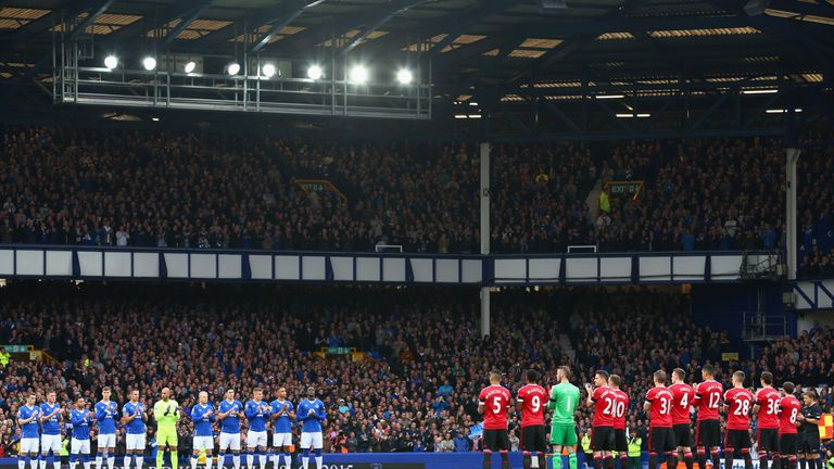 Everton and Manchester United join in a minute's applause for Howard Kendall before kick-off