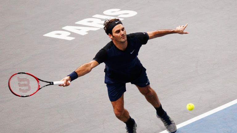 Roger Federer struggled with John Isner's serves